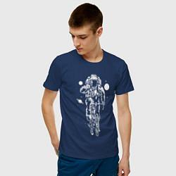 Футболка хлопковая мужская Космонавт на велосипеде цвета тёмно-синий — фото 2