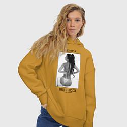 Толстовка оверсайз женская Monica Bellucci: Donna Famosa цвета горчичный — фото 2
