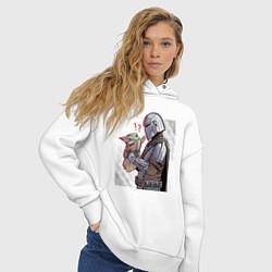 Толстовка оверсайз женская Мандалорец и Дитя цвета белый — фото 2