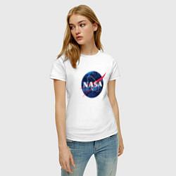 Футболка хлопковая женская NASA: Cosmic Logo цвета белый — фото 2
