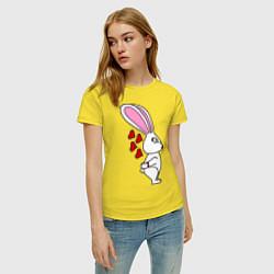 Футболка хлопковая женская Влюблённая зайка цвета желтый — фото 2